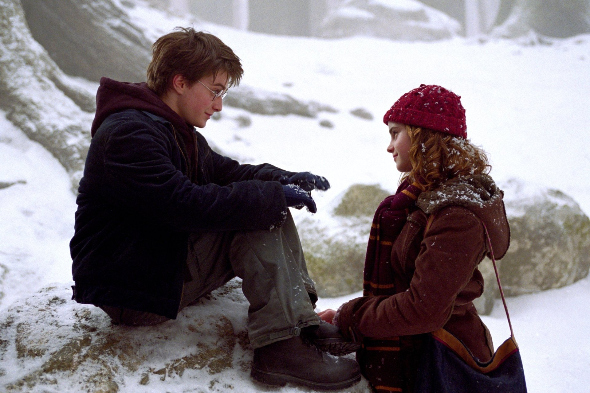 Harry-and-Hermione-in-a-snowy-area